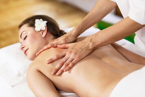 Kvinna blir masserad