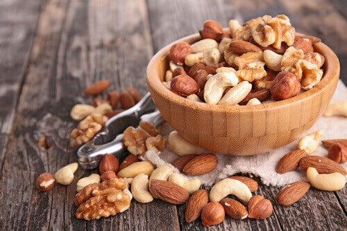 blandade sorter nötter i skål