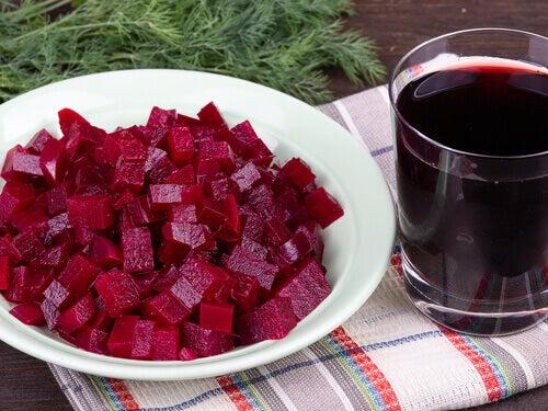 hackade rödbetor och rödbetsjuice i glas