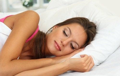 kvinna som sover gott