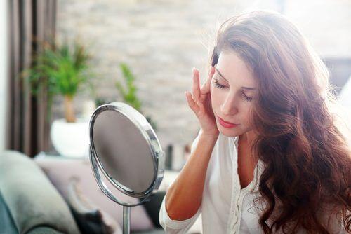 kvinna som tittar i spegel