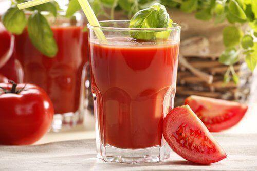 Tomatjuice i glas