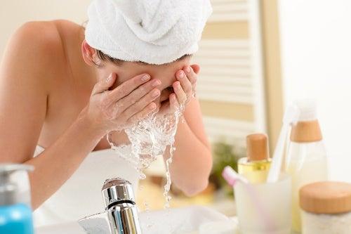Kvinna tvättar ansiktet med persiljetvål