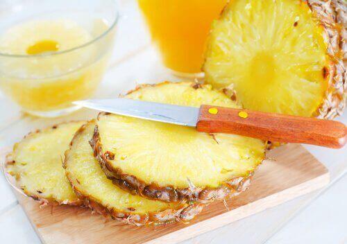 Ananas på skärbräda