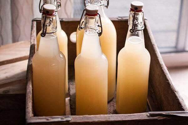 flaskor med ingefärsjuice