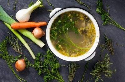 Bra ingredienser i grönsaksbuljonger för att gå ner i vikt