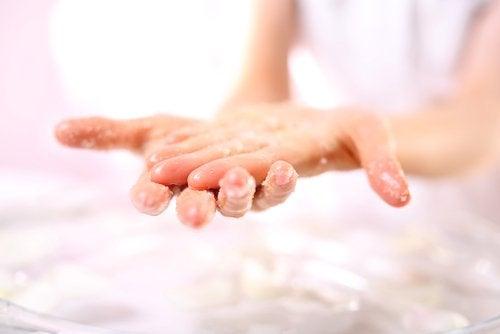 person som tvättar händerna