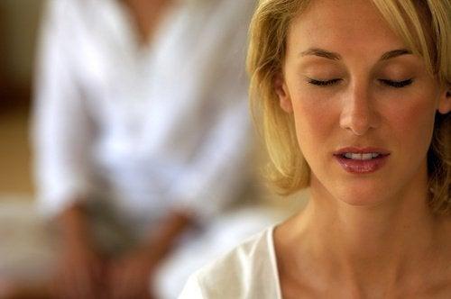 kvinna som är mindful