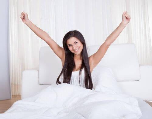energisk kvinna i säng