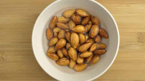 Upptäck varför du borde blötlägga mandlar