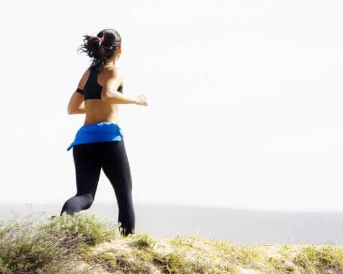 springande kvinna