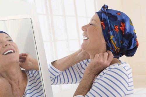 glad kvinna med huckle