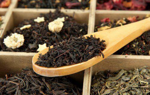 Svart te mot grå hår