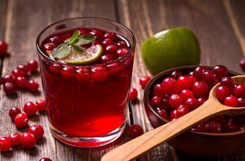 tranbärsdricka med lime