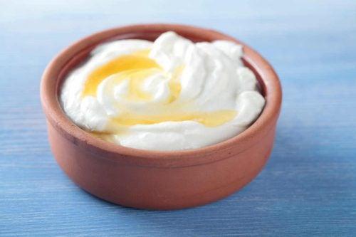 yoghurt och honungsblandning i skål