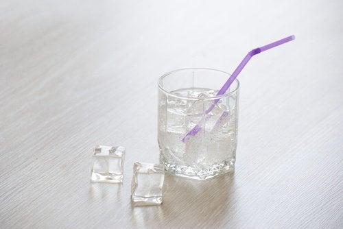 Glas med is