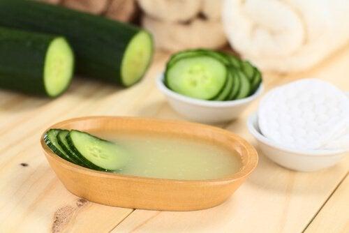 gurka i naturligt ansiktsvatten