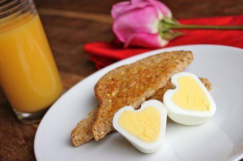 frukost i form av bröd och ägg