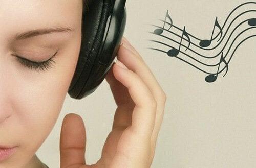 Lyssnar på musik