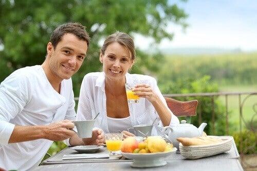 par som äter frukost tillsammans
