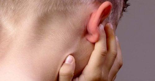 hur får man ut vatten ur öronen