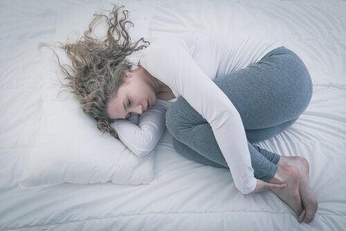 Kvinna i fosterställning