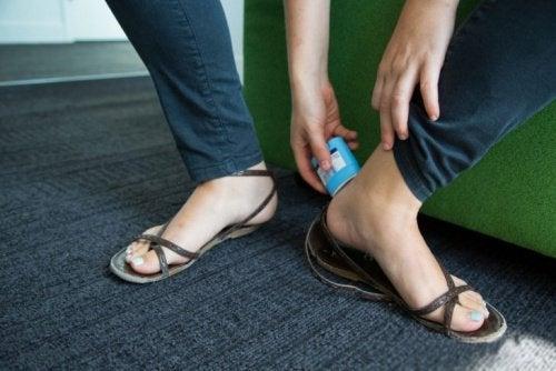 Applicera deodorant i skorna