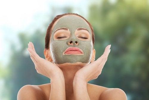 kvinna med lermask i ansiktet