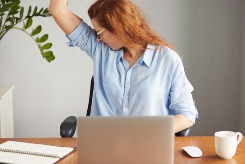 Kvinna luktar sig i armhålan