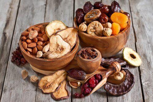 nötter och torkad frukt i skålar