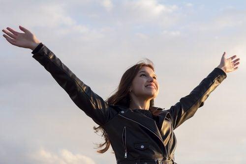 kvinna med armarna i vädret