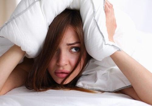 Att gå till sängs med blött hår kan ge dig huvudvärk