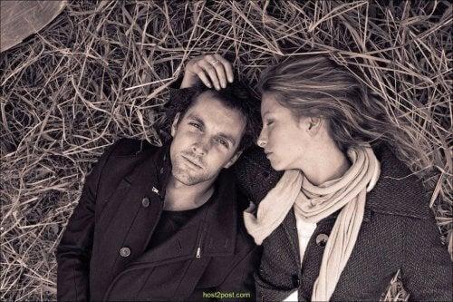 Par i gräset
