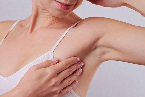 ont i vänster armhåla