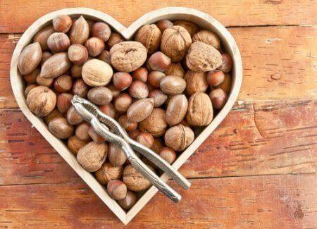 nötter i hjärtformad skål