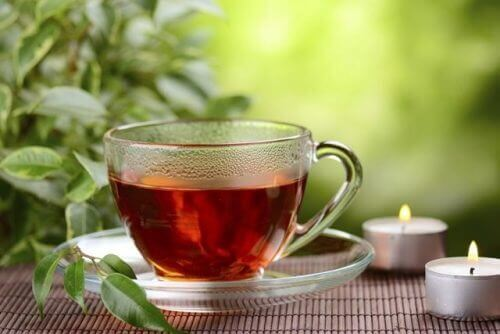 Rött te i kopp