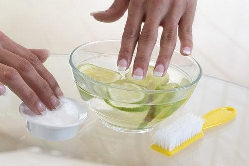 händer som tvättas i citronvatten