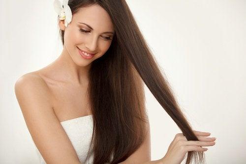 hur får man rakt hår naturligt