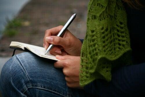 person som skriver dagbok
