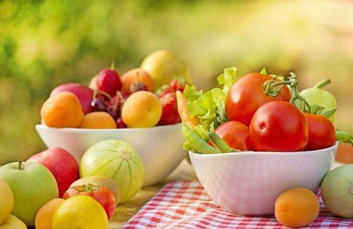 frukt och grönsaker i skålar
