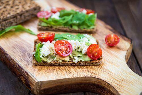 Gluten- och laktosfria bröd med avokado och tomat