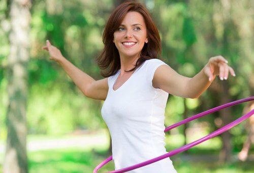kvinna som tränar med rockring