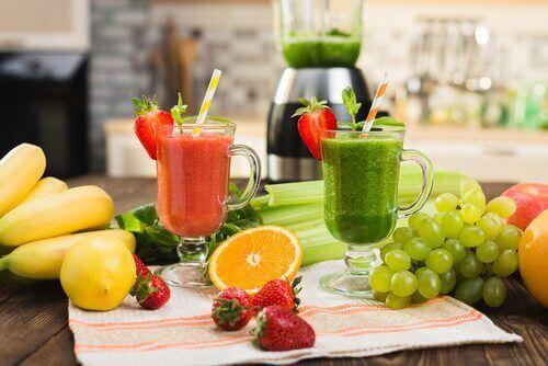 smoothies på frukt och bär
