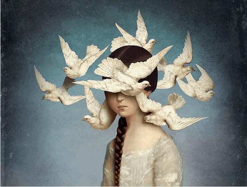Flicka omringas av en grupp svalor