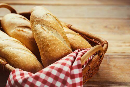 Franskt bröd i korg