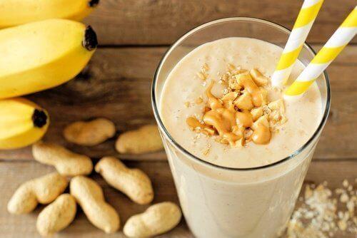 Smoothie med banan och jordnötter