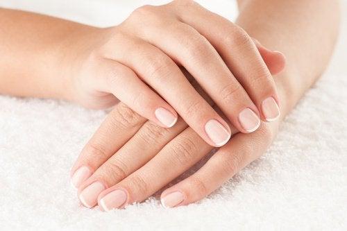 händer med vackra naglar