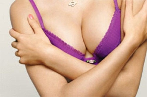 kvinna med fasta bröst