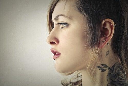 kvinna med piercingar i örat