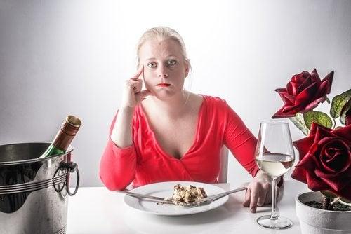 Kvinna vid matbordet